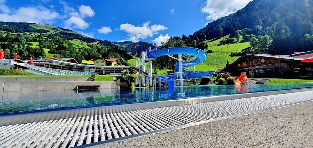 Sportbecken mit Wasserrutsche